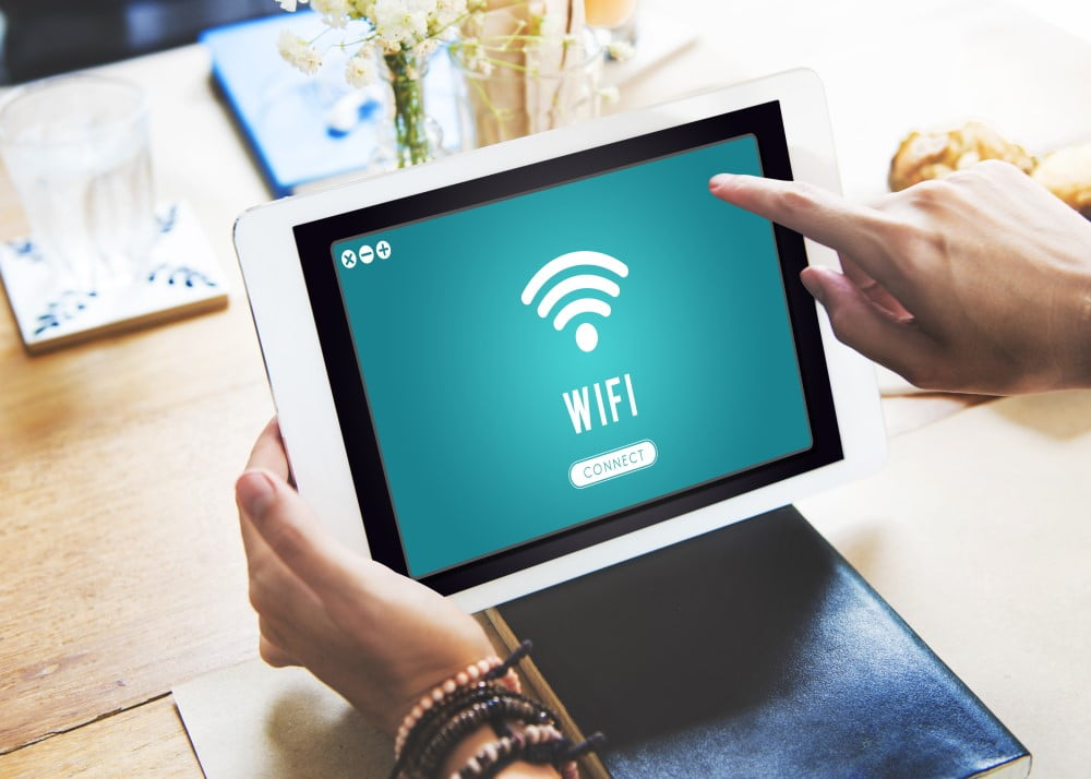 Kvinde der benytter mesh wifi